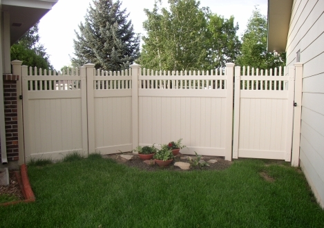 Picket Top Privacy Vinyl Fence - Chesapeake